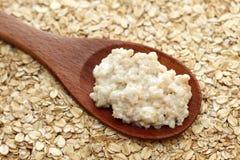 Porridge in un cucchiaio di legno Fotografia Stock