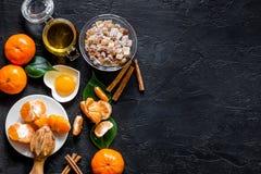 Porrige per la prima colazione con le arance, il miele e la cannella sul copyspace di pietra nero di vista superiore del fondo Immagine Stock Libera da Diritti
