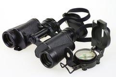 Porro双筒望远镜和指南针 库存照片