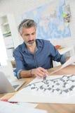 Porrtait усмехаясь архитектора в офисе на работе Стоковое Фото