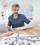 Porrtait усмехаясь архитектора на работе Стоковые Изображения RF