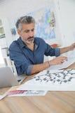 Porrtait усмехаясь архитектора на работе Стоковое Фото