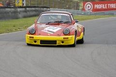 Porsche 911 auf einer Rennenspur Lizenzfreie Stockfotos