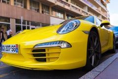 Porsche amarillo parqueado 911 Imagen de archivo