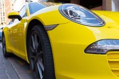Porsche amarillo parqueado 911 Foto de archivo libre de regalías
