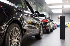 Porsche-auto's voor verkoop in toonzaal Stock Foto