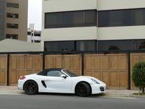 Porsche bianco convertibile Boxter S ha parcheggiato a Lima Fotografie Stock Libere da Diritti
