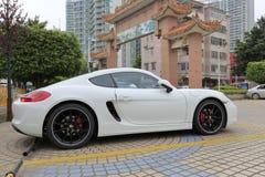 Porsche blanche au parking Image libre de droits