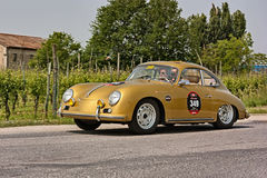 Porsche 356 Carrera 1500 GS/GT 1957 i Mille Miglia 2011 Royaltyfri Bild