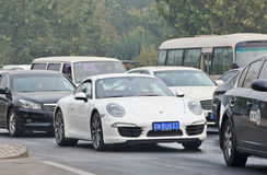Porsche 911 Carrera im Stau, Peking, China Lizenzfreies Stockfoto