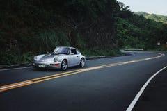 Porsche 911 964 Carrera 2 på bergvägen Arkivbild