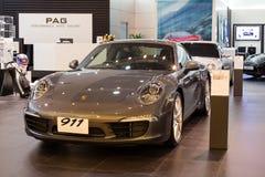 Porsche 911 Carrera S bil på skärm på Siam Paragon Mall i Bangkok, Thailand. Arkivfoton