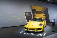 Porsche 911 Carrera T på skärm under auto show för LA arkivbild