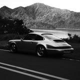Porsche 911 964 Carrera 2 vid en liten vik Royaltyfri Fotografi
