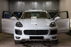 Porsche Cayenne 2016 ? branco com um interior bege durante o lavagem e tinturaria em um centro de servi?o do carro ap?s o lustro fotografia de stock royalty free