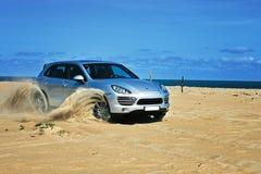 Porsche Cayenne sur la plage photo stock