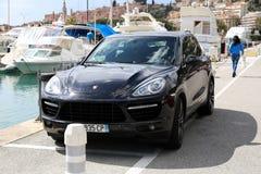 Porsche Cayenne turboladdare SUV på porten av Menton Garavan i franc fotografering för bildbyråer