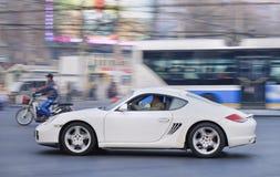 Porsche Cayman bianco nel centro urbano di Pechino, Cina immagini stock libere da diritti