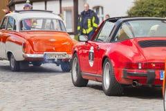 Porsche 911 conduit le long d'une rue sur un festival d'oldtimer Images libres de droits