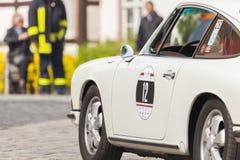 Porsche 911 conduit le long d'une rue sur un festival d'oldtimer Photo stock