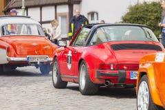 Porsche 911 conduit le long d'une rue sur un festival d'oldtimer Photographie stock