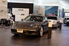 Porsche 911 de auto van Carrera S op vertoning in Siam Paragon Mall in Bangkok Stock Afbeeldingen