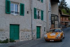 Porsche in der Stra?e von Marchampt an der D?mmerung stockfotos