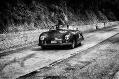 PORSCHE 356 1500 FARTDÅRE 1954 1 på en gammal tävlings- bil samlar in Mille Miglia 2017 Royaltyfria Bilder