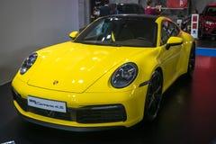 Porsche giallo 911 Carrera 4S 2019 sul cinquantaquattresimo salone dell'automobile internazionale dell'automobile e di Belgrado immagine stock