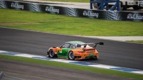 PORSCHE 911 GT3 R av I-MOBILEN AAS i GT300 springer på Burirum, Tha Arkivbilder