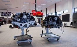 Porsche innerhalb einer Garage Stockfoto