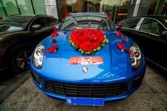 Porsche 911 ist auffälliger Transport für die Braut und den Bräutigam stockbilder