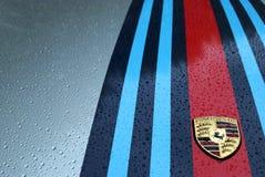 Porsche-Logo unter Regen Stockfotos
