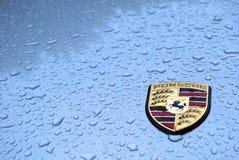 Porsche onder regen met waterdalingen Royalty-vrije Stock Fotografie