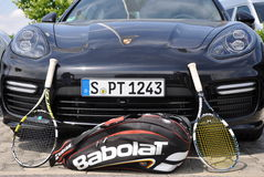 Porsche Panamera et raquettes de tennis Photo libre de droits