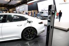 Porsche Panamera hybrydu samochód jest na Dubaj Motorowym przedstawieniu 2017 Zdjęcie Stock