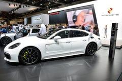 Porsche Panamera hybrydu samochód jest na Dubaj Motorowym przedstawieniu 2017 Obraz Royalty Free