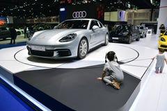 Porsche Panamera 4S i Bangkok den internationella Thailand motoriska showen Royaltyfria Foton