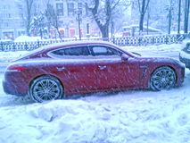 Porsche Panamera W zimy Moskwa ulicie w wieczór Obrazy Royalty Free