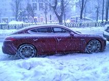 Porsche Panamera W zimy Moskwa ulicie w wieczór Obraz Royalty Free