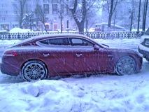 Porsche Panamera W zimy Moskwa ulicie w wieczór Fotografia Royalty Free