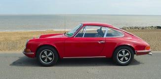 Porsche rouge classique 912 s'est garé sur la promenade de bord de mer Image libre de droits