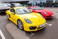 Porsche samochody blisko biura oficjalny handlowiec Porsche zdjęcia stock