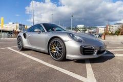 Porsche 911 se coloca en estacionamiento imagenes de archivo