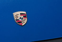 Porsche se connectent le capot bleu de voiture Photo stock