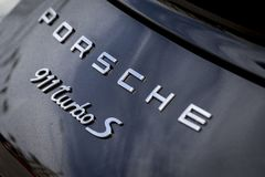 Porsche som brännmärker på en klassisk sportbil arkivbild