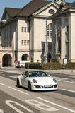 Porsche som cirkulerar i gatorna av Salzburg Arkivfoto
