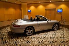 Porsche sur l'affichage dans un hôtel images stock