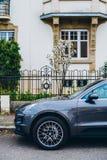 Porsche SUV szczegół parkujący na samochodzie w Francja Obraz Stock