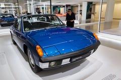 Porsche 914 un'automobile sportiva 6 che sta all'azionamento del forum di Volkswagen Group fotografia stock